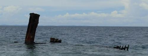 鬼怒川丸 ガダルカナル島コカンボナの海岸から見える鬼怒川丸。物資揚陸のため陸地に乗... ソロモ